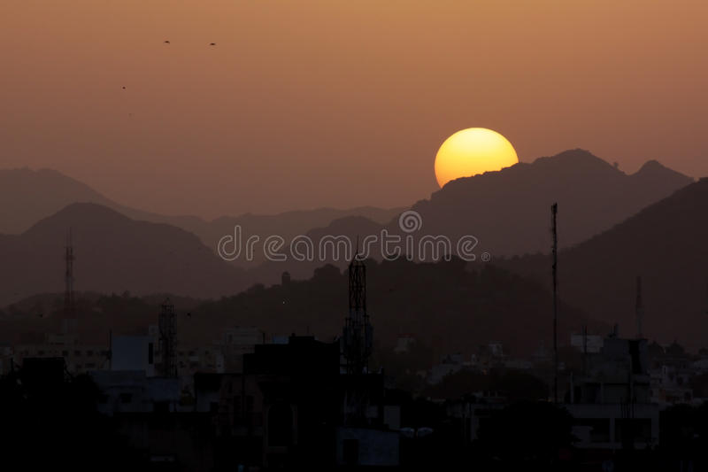 Vögel bei Sonnenuntergang, Berge - Indien stockfoto