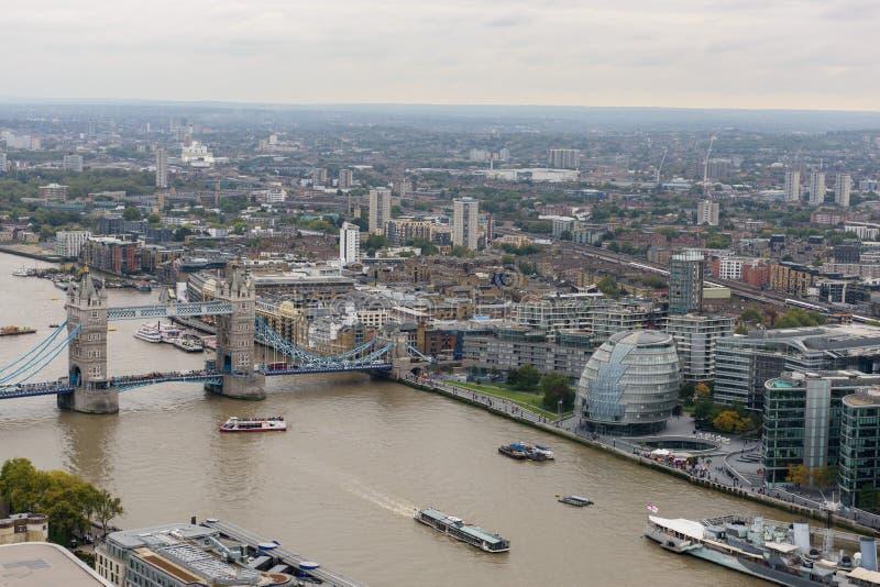Vögel sehen in Richtung Londons zur Turm-Brücke an lizenzfreies stockbild
