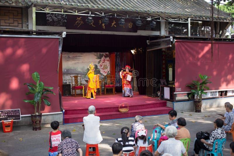 Völker, die Cantoneseoper aufpassen lizenzfreie stockbilder