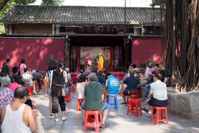 Völker, die Cantoneseoper aufpassen lizenzfreie stockfotos