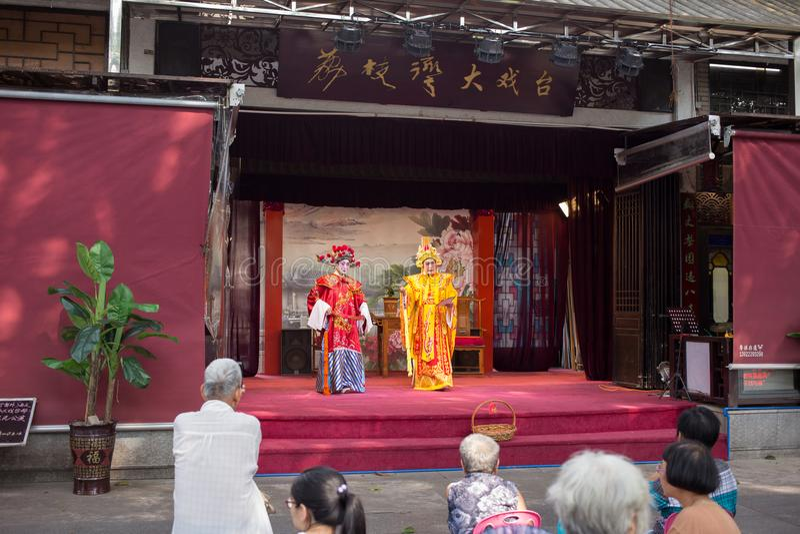 Völker, die Cantoneseoper aufpassen stockfoto
