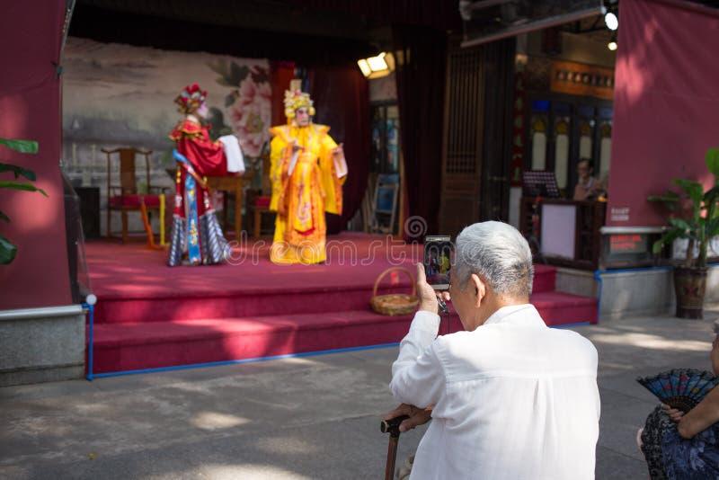 Völker, die Cantoneseoper aufpassen stockbild