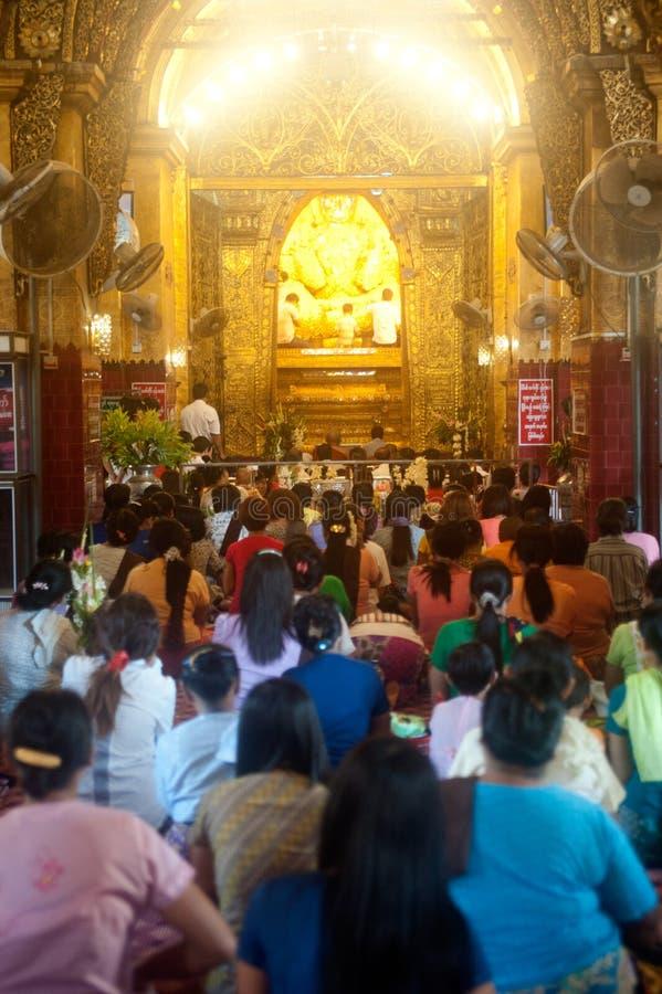 Völker, die Maha Muni Buddha beten lizenzfreies stockbild