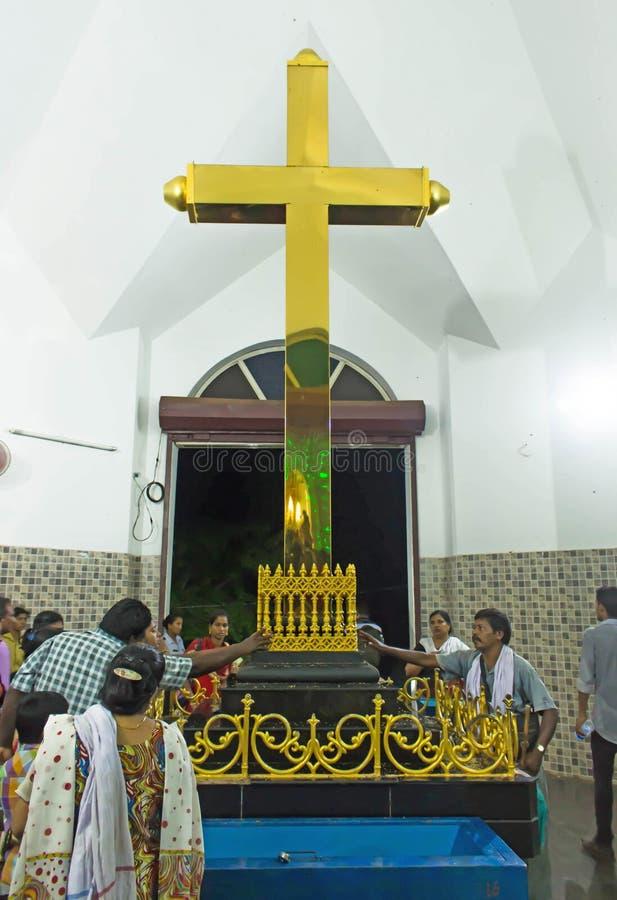 Völker, die vor goldenem Kreuz in Kirche Malayattoor StThomas Syro-Malabar sich berühren und beten lizenzfreie stockbilder