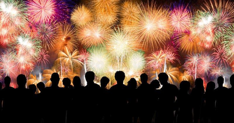 Völker im Schattenbild genießen, erstaunliches Feuerwerk aufzupassen stockbilder