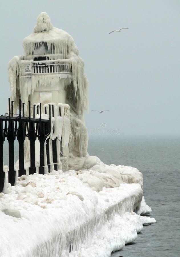 Völlig gefrorener Leuchtturm stockfoto