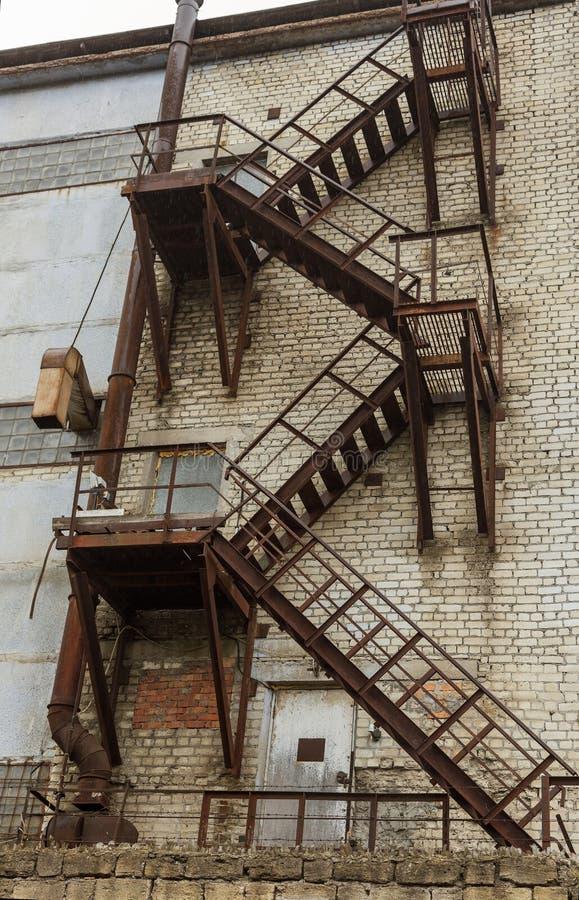Völlig rostiges Eisentreppenhaus auf einen verlassenen alten Sowjet industriell lizenzfreies stockfoto
