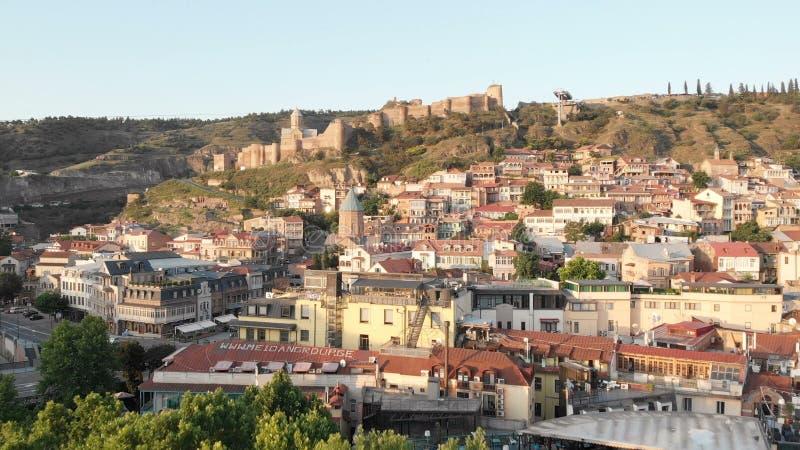 V?deo a?reo Centro velho de Tbilisi de cima de Opini?o superior do zang?o na parte hist?rica da cidade fotografia de stock