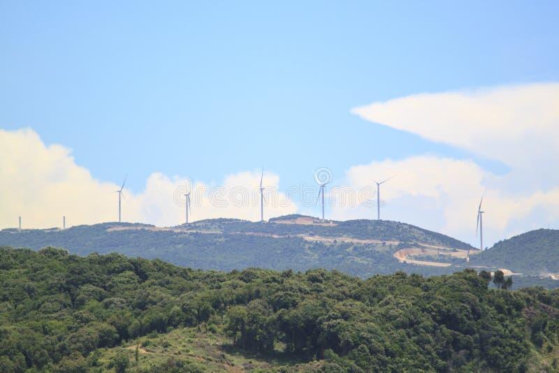 V?derkvarnar f?r elkraftproduktion p? berget royaltyfri foto