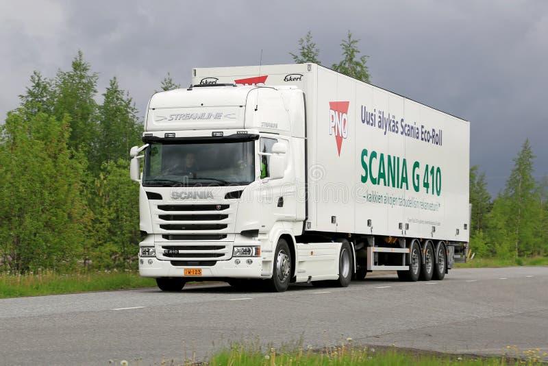 V8 för Skåne R410 euro 6 halv lastbil på vägen arkivbilder
