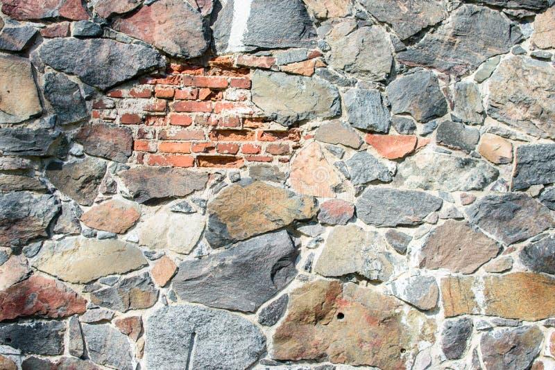 V?gg av stora naturliga stenar royaltyfria foton