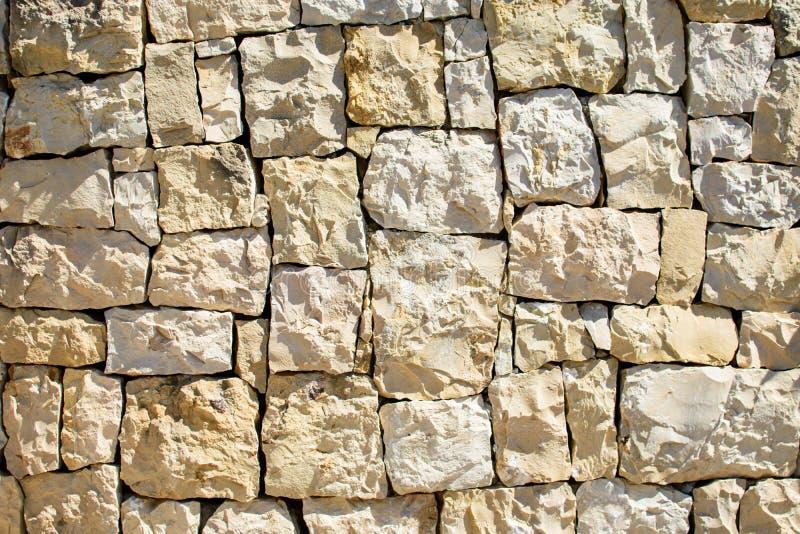 V?gg av stora stenar arkivfoton