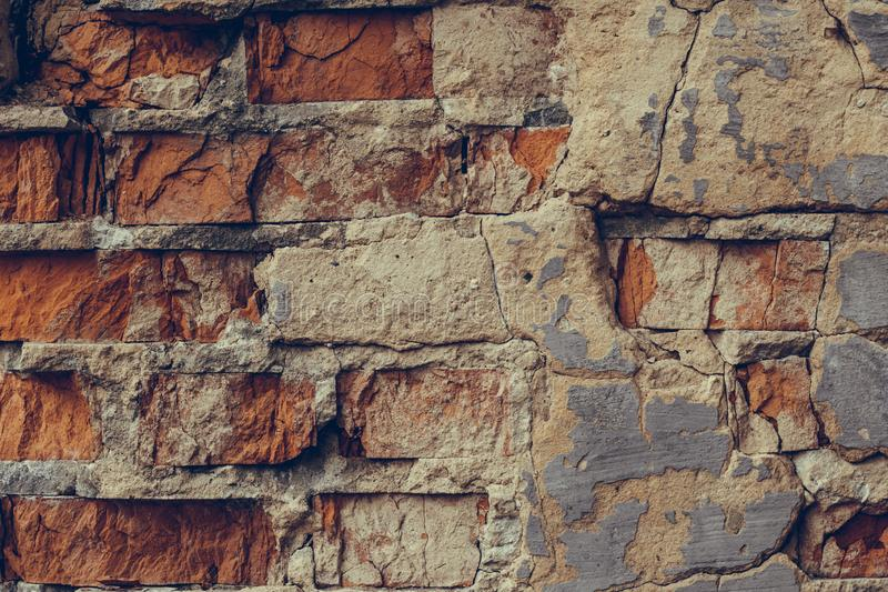 V?gg f?r r?d tegelsten i sprickorna Splittrat slut för tegelstenvägg upp Gammal f?rst?rd tegelstenv?gg tegelsten dilapidated v?gg royaltyfri fotografi