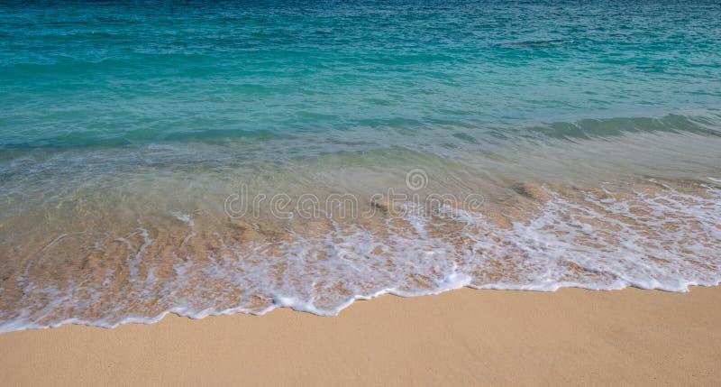 V?gor i br?nningen fr?n en strand i Hawaii arkivfoton