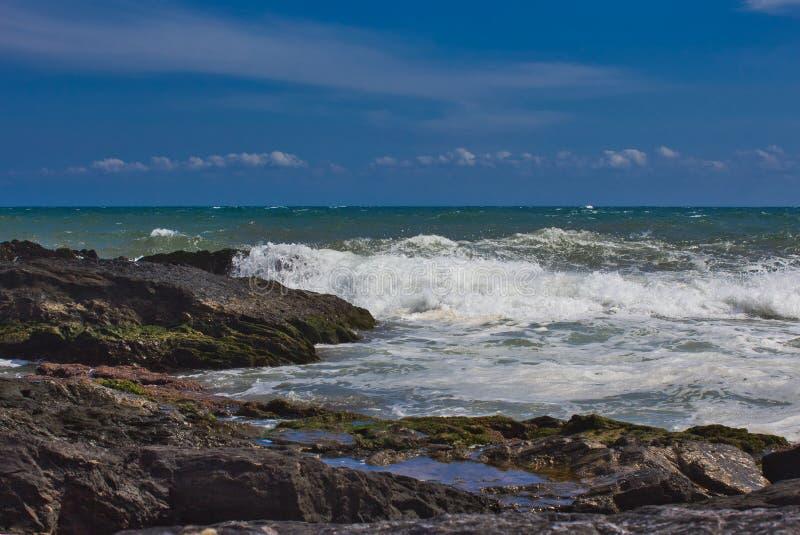 V?gor p? stranden av ett mediateraneahav royaltyfri foto