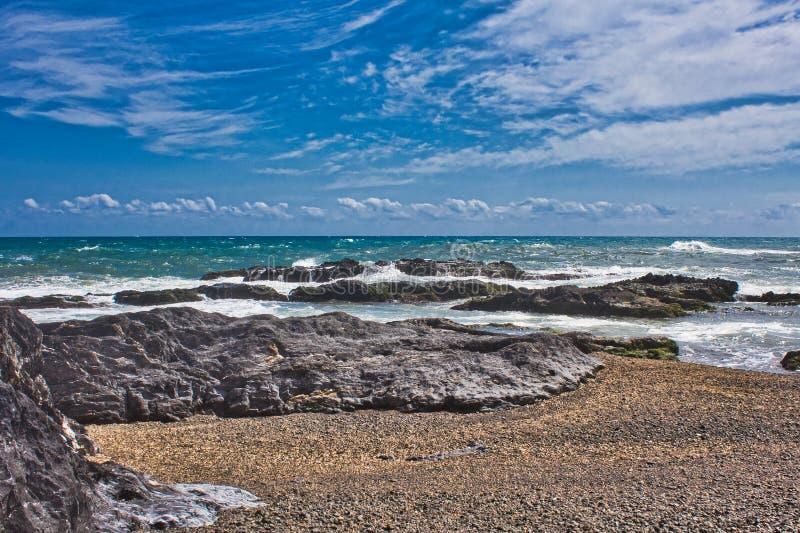 V?gor p? stranden av ett mediateraneahav royaltyfria bilder