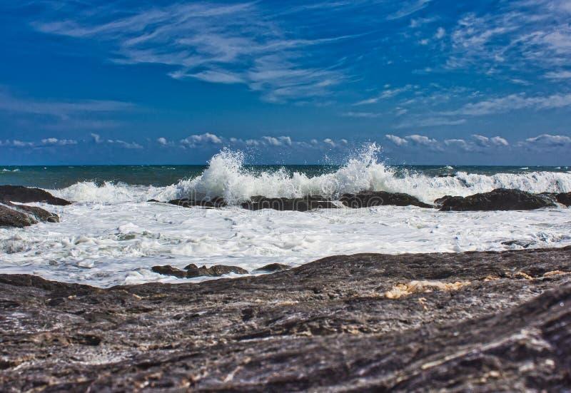 V?gor p? stranden av ett mediateraneahav royaltyfria foton