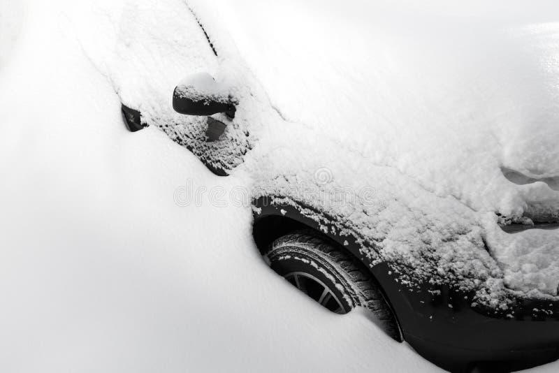 V?hicule sous la neige photographie stock