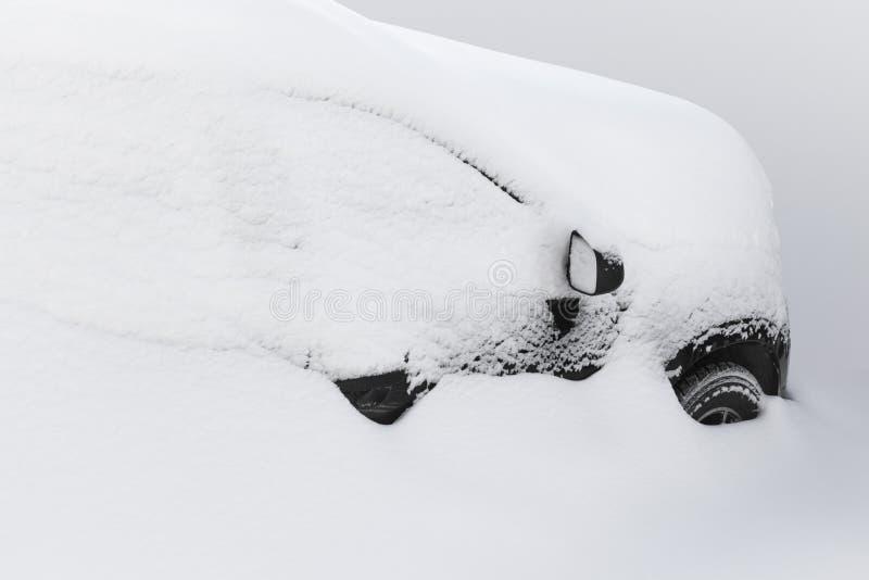 V?hicule sous la neige images stock