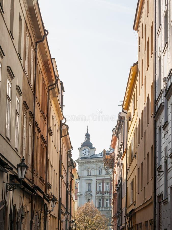 V kotcich, una strada stretta con edifici medievali e ciottoli nella città vecchia di Praga, chiamata anche Stare mesto immagini stock
