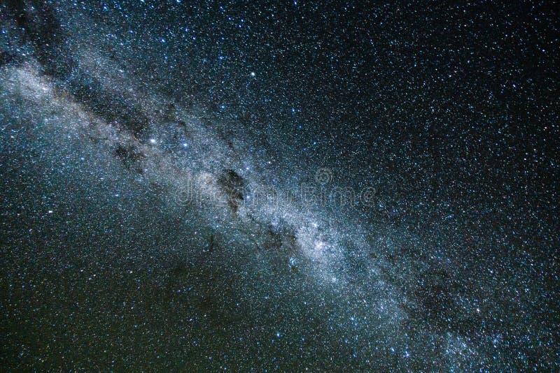 V?a l?ctea y luz rosada en las monta?as Paisaje colorido de la noche Cielo estrellado con las colinas en el verano Universo hermo fotos de archivo