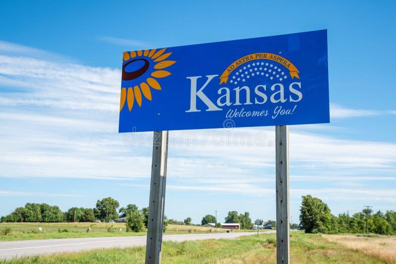 V?lkomnande till det Kansas huvudv?gtecknet royaltyfri fotografi