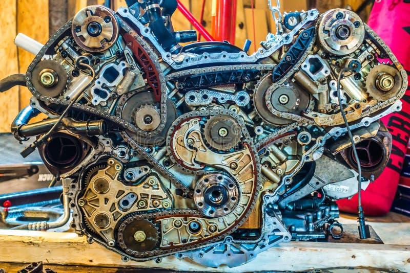 V8-Maschine vom Auto, das in der Garage umgebaut wird stockfotos