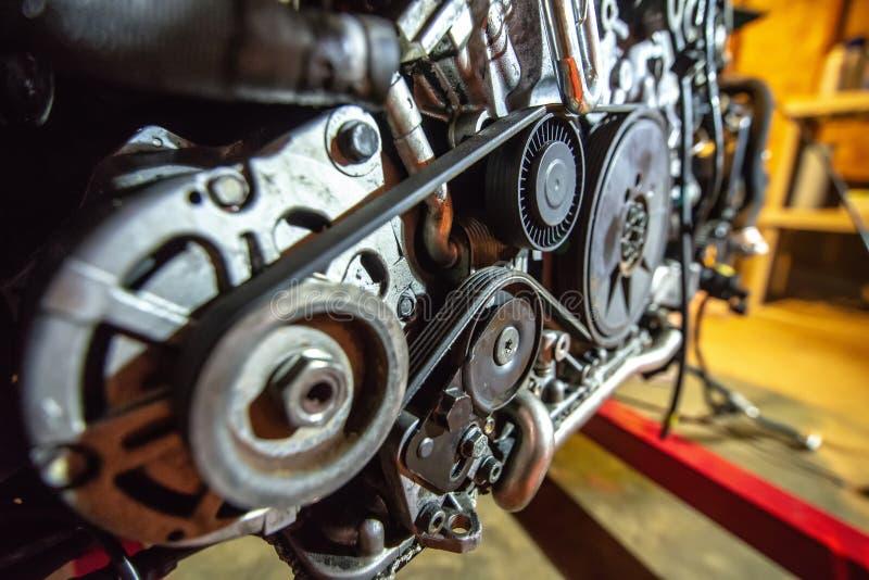 V8 motor uit op herbouwd te worden hijstoestel royalty-vrije stock afbeelding