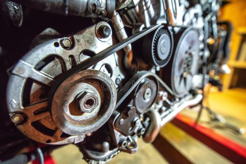 V8 motor uit op herbouwd te worden hijstoestel royalty-vrije stock afbeeldingen