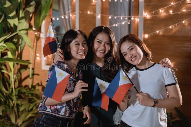 V?n som firar philippines den nationella sj?lvst?ndighetsdagen arkivfoto