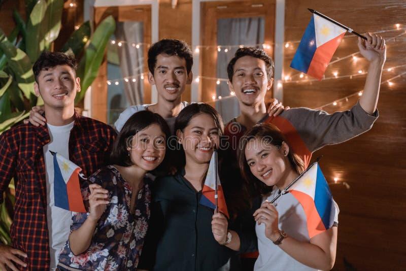 V?n som firar philippines den nationella sj?lvst?ndighetsdagen royaltyfria foton