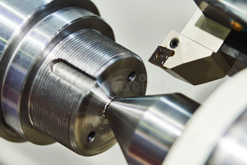 V?ndande cnc-maskin p? metallarbetsbransch Tillverkning och bearbeta med maskin f?r precision royaltyfri fotografi