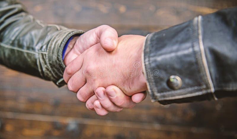 V?nlig gest f?r handskakning Handskakninggestbegrepp Partnerskap- och aff?rsavtal Lyckad avtalshandskakning arkivbilder