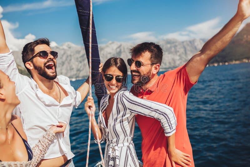 V?nner som seglar p? yachten Semester, lopp, hav, kamratskap och folkbegrepp royaltyfri fotografi