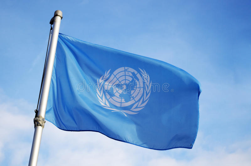 V?o da bandeira de United Nations no vento foto de stock