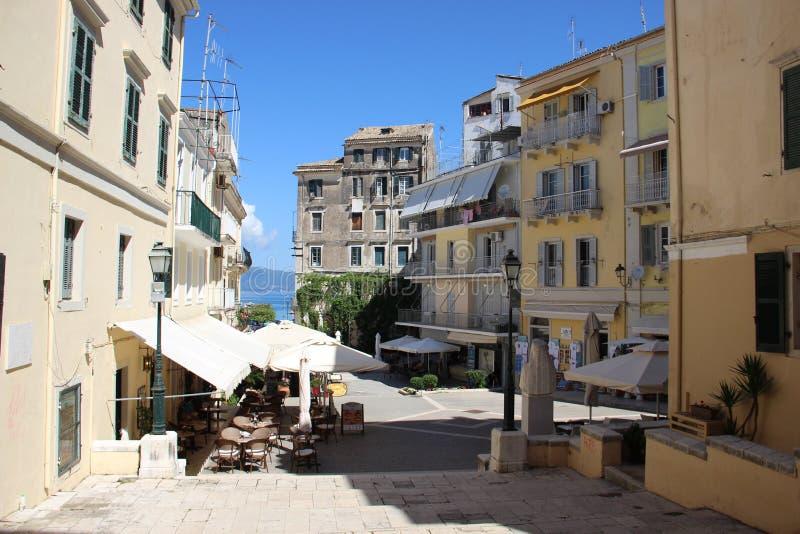 V?o do p?ssaro - 1 Construção histórica velha e rua de passeio com luz solar morna foto de stock