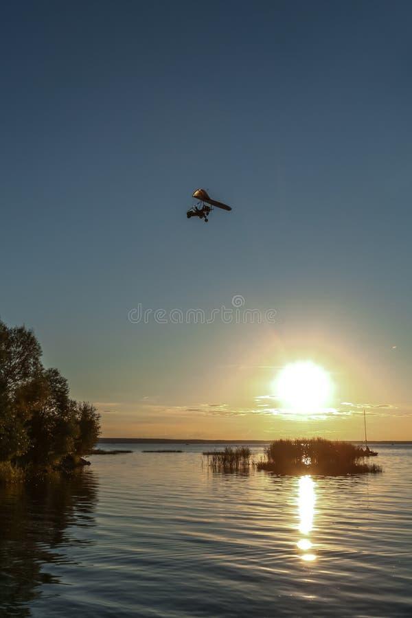 Vôo sobre o lago fotografia de stock royalty free