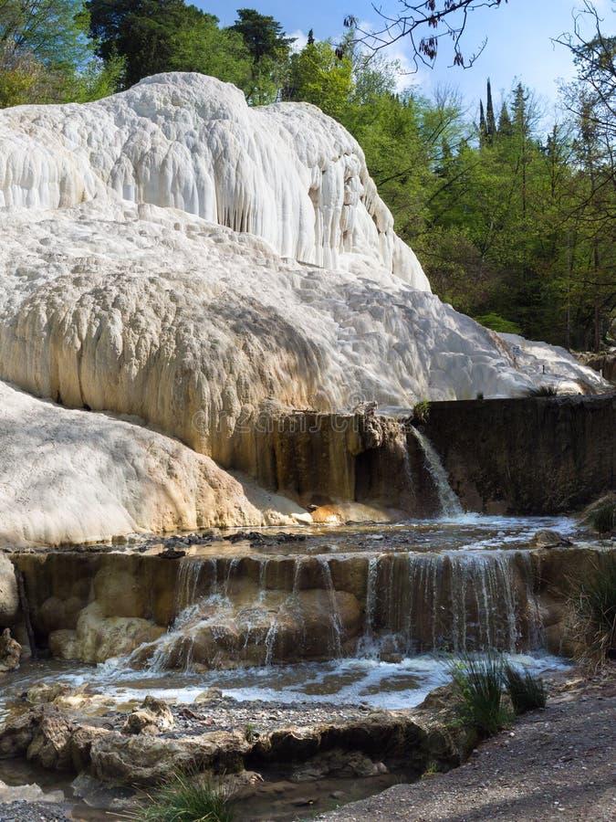 V?r av termiskt vatten av Bagni san filippo i Val D ` Orcia, Tuscany, Italien royaltyfria bilder