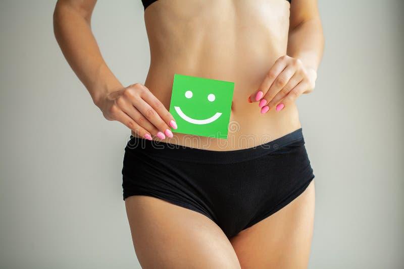 V?rd- kvinnor Closeup av den sunda kvinnlign med den h?rliga f?rdiga slanka kroppen i vita underbyxorar som rymmer det vita korte arkivbilder