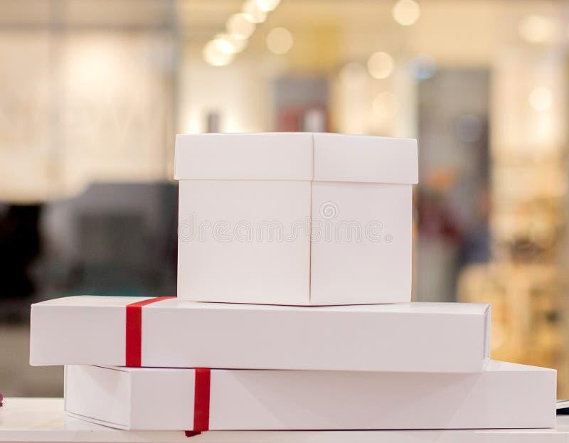 V?rias caixas de presente bonitos coloridas na exposi??o na loja Anivers?rio, Natal, presentes do dia de s?o valentim Preparando- imagens de stock