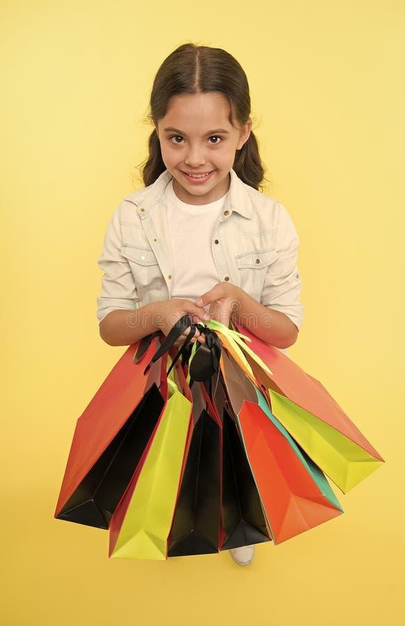 V?rifiez ses paquets d'achats Shopaholic mignons d'enfant avec des paniers de groupe noircissent la vente totale de vendredi Acha images libres de droits