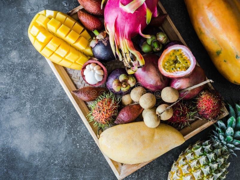 V?rios frutos tailandeses frescos - rambutan, manga, mangust?o, longan, papaia, fruto do drag?o, sapodilla, fruto de paix?o, sala imagens de stock