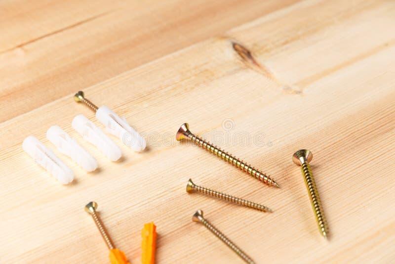 V?rios parafusos Instrumentos no fundo de madeira Repare ferramentas Vista superior Configura??o lisa Close-up foto de stock