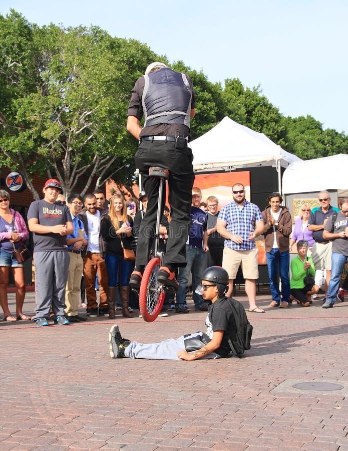V.S., AZ/Tempe die - Unicyclist Jamey Mossengren - met een Unicycle de springen stock foto