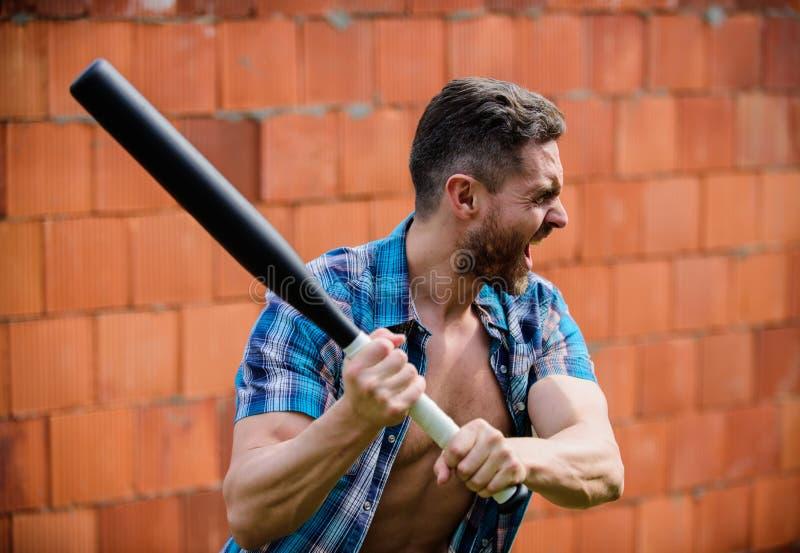 V? selvagem luta muscular n?o barbeado do homem Homem com bast?o de beisebol Eu sou um criminoso Atividade do esporte exterior Ho foto de stock