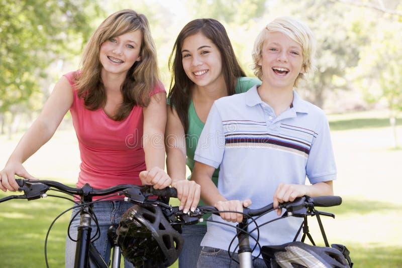 va à vélo des adolescents photographie stock libre de droits