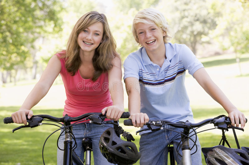 va à vélo des adolescents photo stock