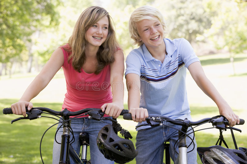 va à vélo des adolescents photos stock