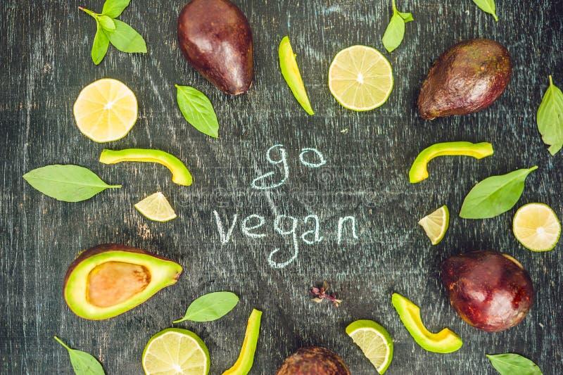 Va el concepto del vegano con las letras variedad de lentejas orgánicas verdes frescas de las verduras en fondo oscuro Concepto d imágenes de archivo libres de regalías
