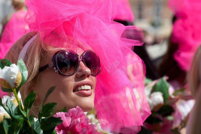 Va el desfile rubio en Riga fotos de archivo